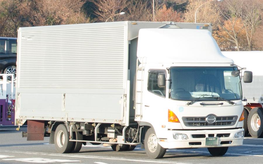 駐車場に停まっている中型トラック